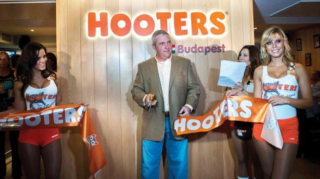 hooters-budapest-opening_1200xx2100-1181-0-19